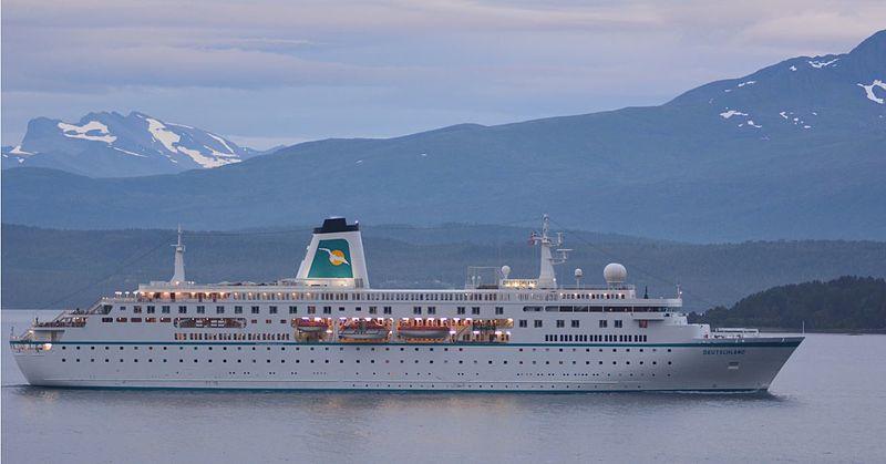 Ms Deutschland im Fjord